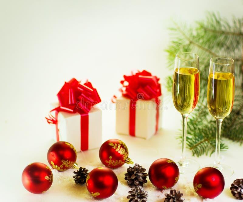 Vidrios de Champán listos para traer en el Año Nuevo fotos de archivo libres de regalías