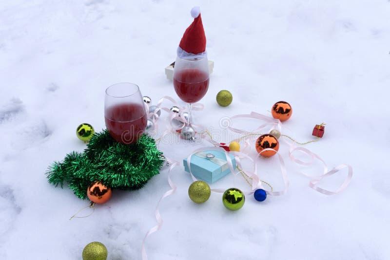 Vidrios de copas de vino de vino en el fondo de las decoraciones de la Navidad Decoraciones de la Navidad con la copa fotos de archivo libres de regalías