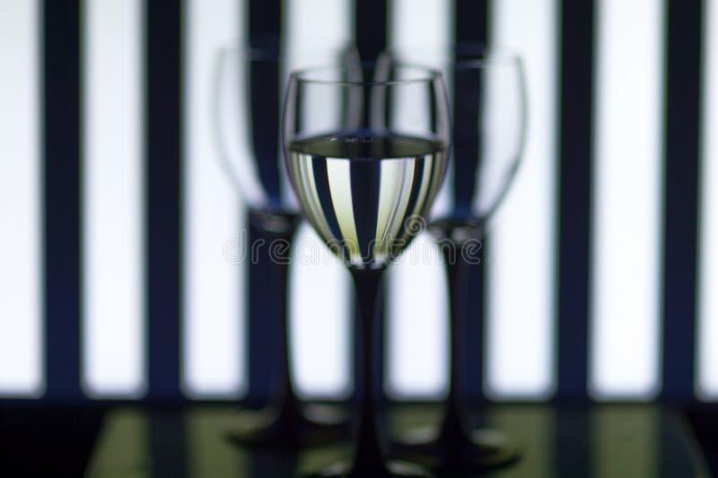 Vidrios de cristal en las tiras del fondo foto de archivo libre de regalías