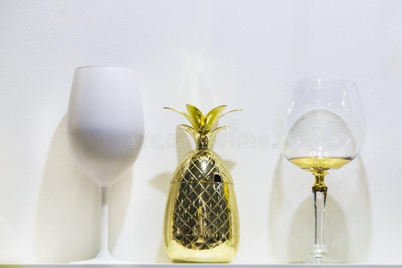 Vidrios de forma interesante, taza del diseñador de la forma de la piña del oro fotografía de archivo