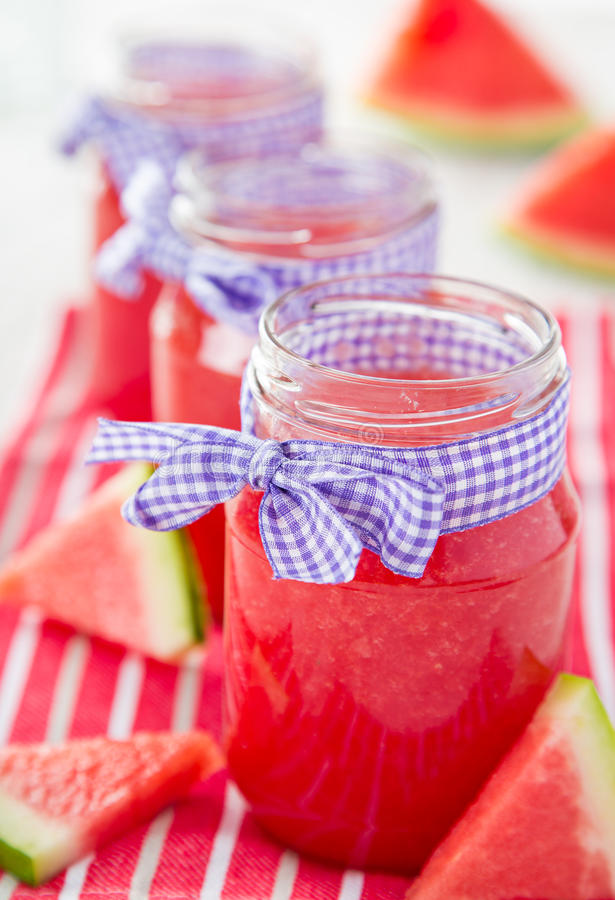 Vidrios de jugo fresco, hecho en casa imagen de archivo libre de regalías