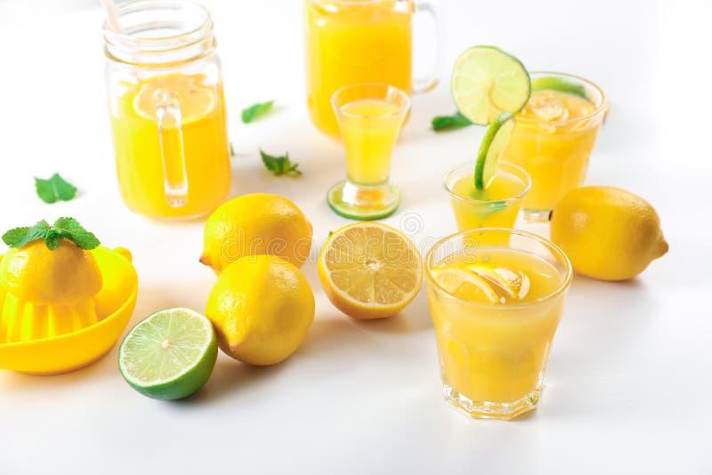 Vidrios de jugo de limón fresco en fondo ligero foto de archivo libre de regalías