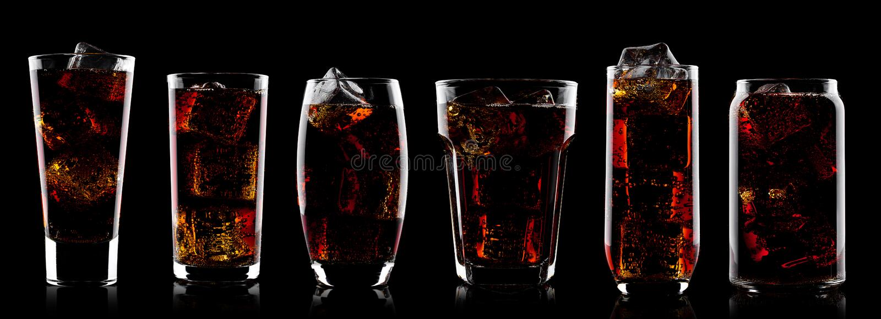 Vidrios de la bebida de la soda de la cola con los cubos de hielo en negro imágenes de archivo libres de regalías