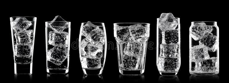 Vidrios de la bebida de la soda del agua chispeante con hielo fotografía de archivo libre de regalías