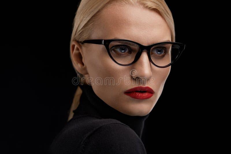 Vidrios de la moda de la mujer que llevan Hembra con los labios rojos en gafas fotos de archivo libres de regalías