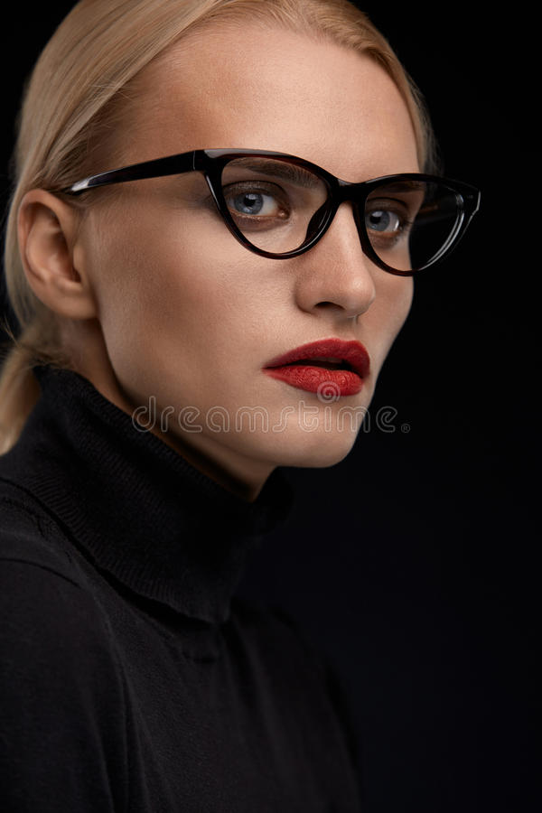 Vidrios de la moda de la mujer que llevan Hembra con los labios rojos en gafas fotografía de archivo