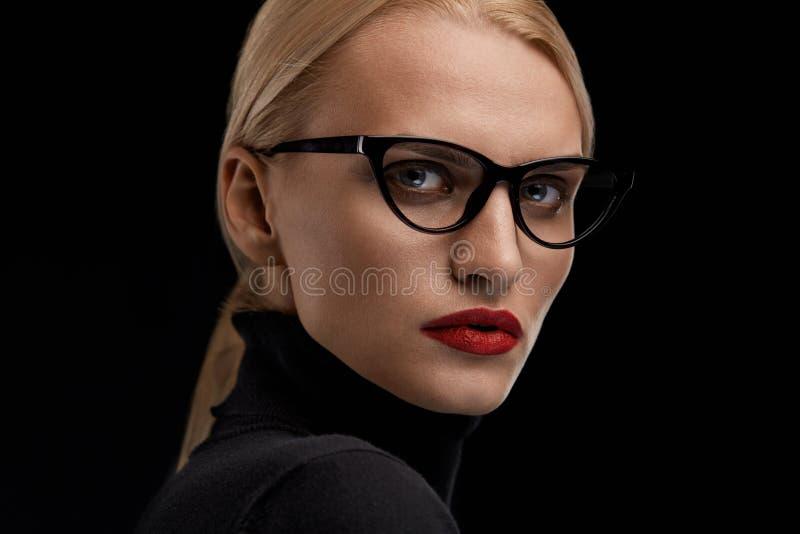 Vidrios de la moda de la mujer que llevan Hembra con los labios rojos en gafas fotos de archivo