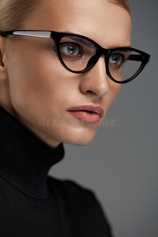 Vidrios de la moda de las mujeres Muchacha en el marco de las gafas, lentes elegantes foto de archivo libre de regalías