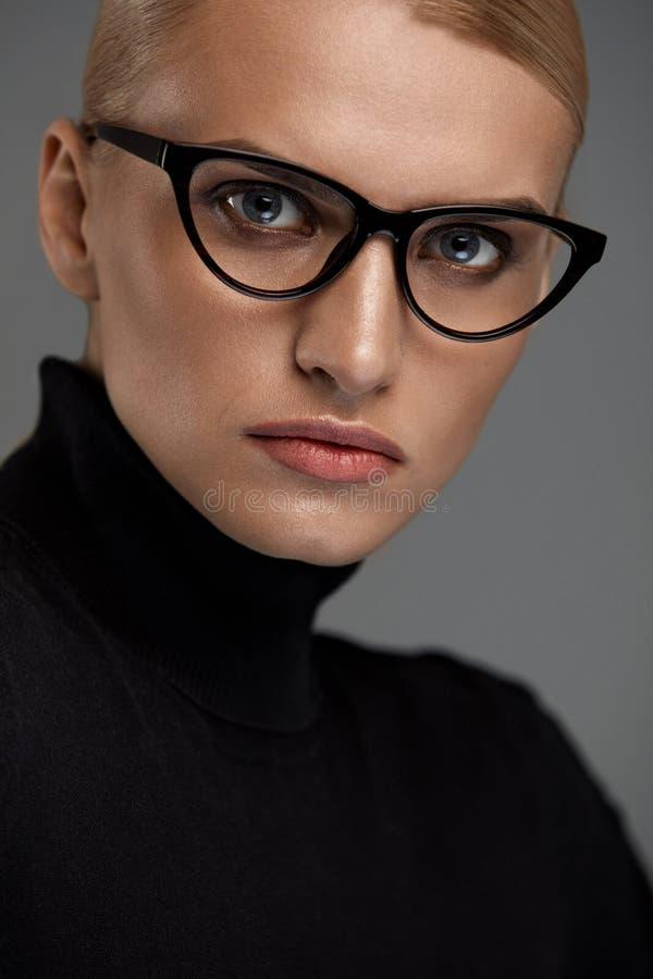 Vidrios de la moda de las mujeres Muchacha en el marco de las gafas, lentes elegantes imagenes de archivo