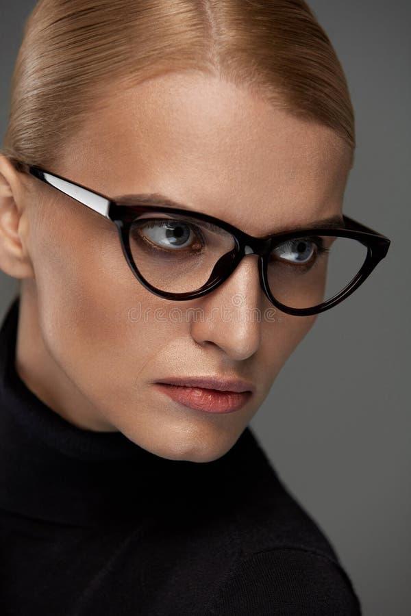 Vidrios de la moda de las mujeres Muchacha en el marco de las gafas, lentes elegantes fotos de archivo libres de regalías