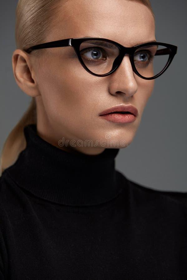 Vidrios de la moda de las mujeres Muchacha en el marco de las gafas, lentes elegantes fotografía de archivo libre de regalías