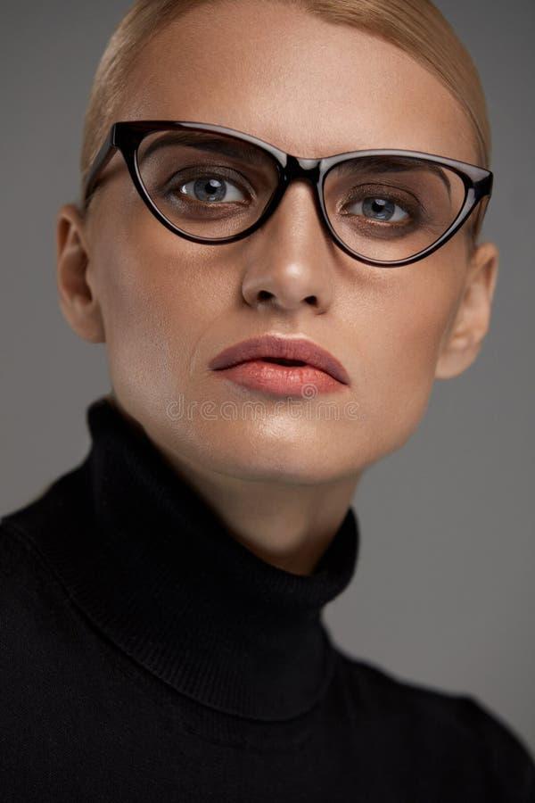 Vidrios de la moda de las mujeres Muchacha en el marco de las gafas, lentes elegantes imagen de archivo libre de regalías