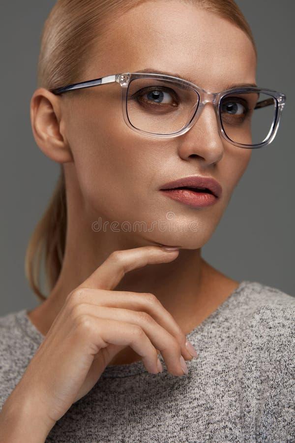 Vidrios de la moda de las mujeres Muchacha en Grey Eyeglasses elegante, gafas fotos de archivo