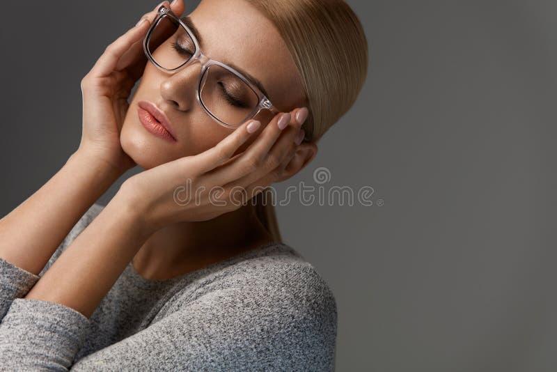 Vidrios de la moda de las mujeres Muchacha en Grey Eyeglasses elegante, gafas imagenes de archivo