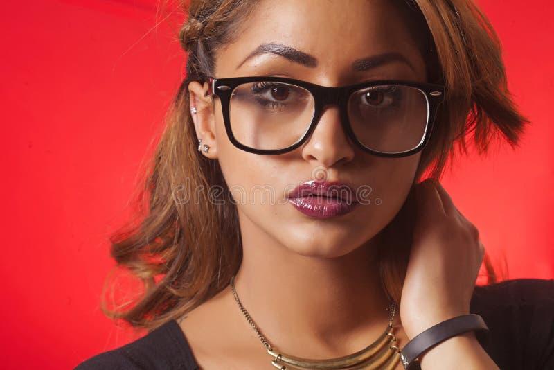 Vidrios de la mujer atractiva y primer de la mirada que llevan imagenes de archivo