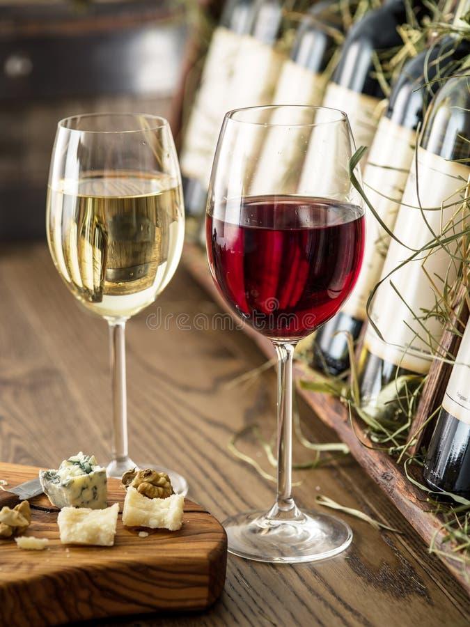 Vidrios de la placa del vino y de queso fotografía de archivo