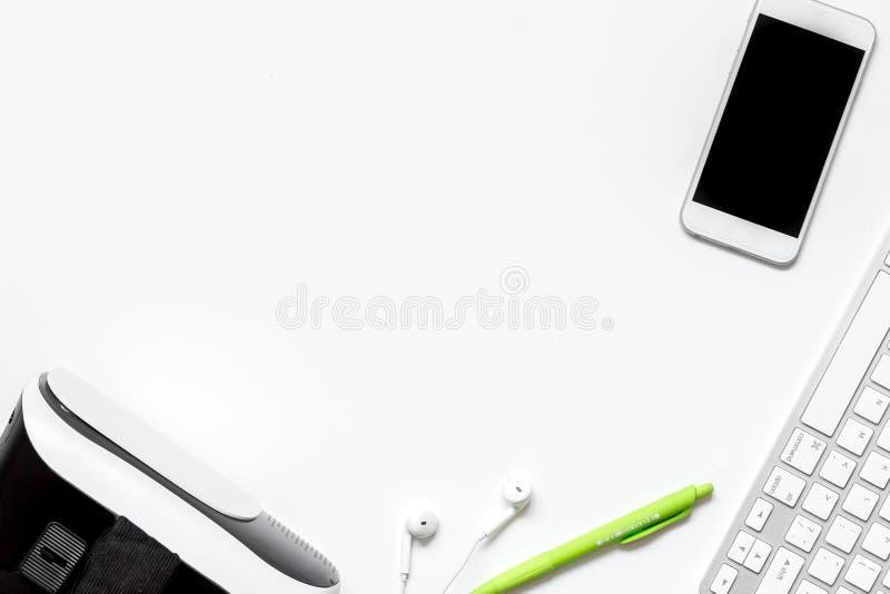 Vidrios de la realidad virtual con el smartphone, teclado en el backg blanco imagen de archivo libre de regalías