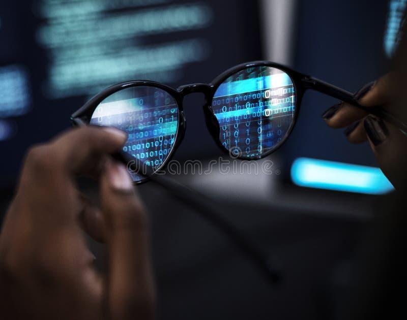 Vidrios de la reflexión del lanzamiento de la codificación del ordenador fotografía de archivo libre de regalías