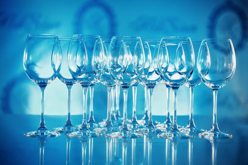 Vidrios de la tabla de la porción en tonos azules fotografía de archivo