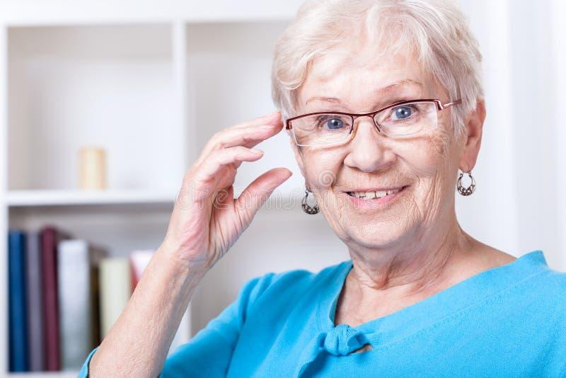 Vidrios de lectura de la abuela que llevan fotografía de archivo libre de regalías