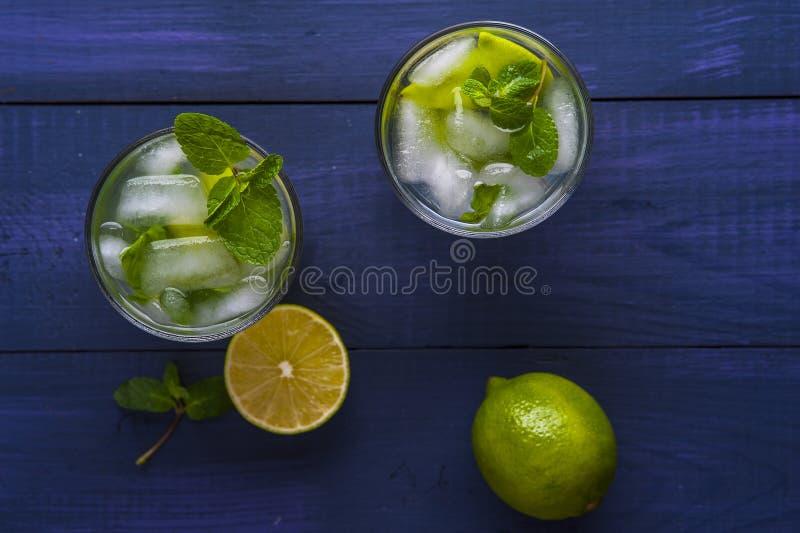 Vidrios de limonada con el limón y la cal foto de archivo