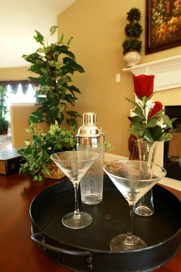 Vidrios de Martini en la bandeja imagenes de archivo