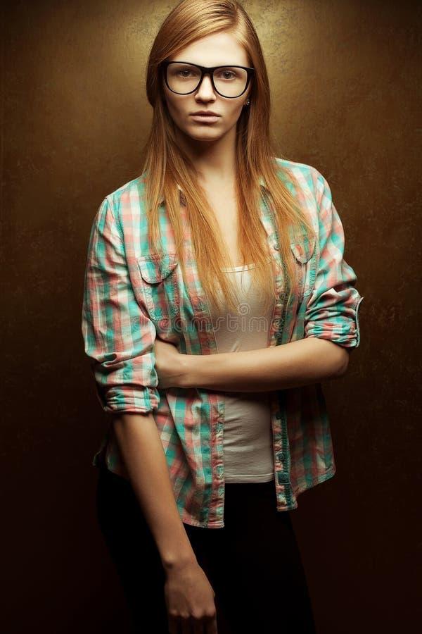 Vidrios de moda que llevan pelirrojos hermosos jovenes foto de archivo