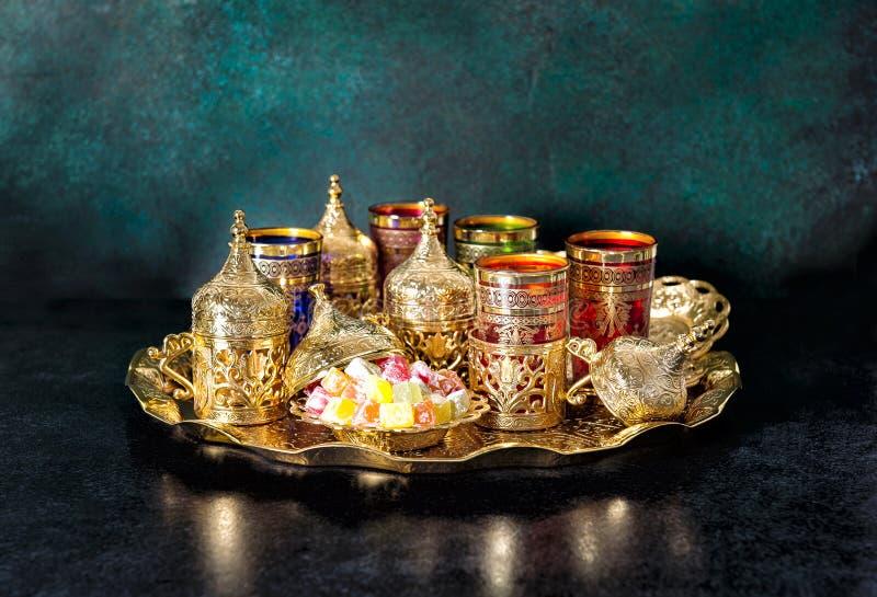 Vidrios de oro de la hospitalidad de la tabla oriental de Ramadan Tea imagen de archivo libre de regalías