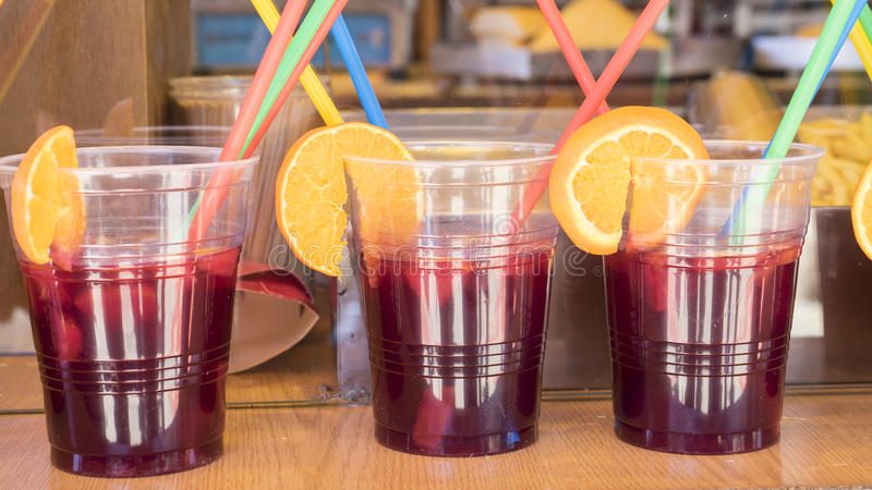 vidrios de sangría en una comida, bebida de restauración del verano imágenes de archivo libres de regalías