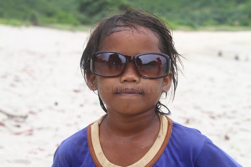 Vidrios de sol de la muchacha que llevan asiática pobre imagen de archivo