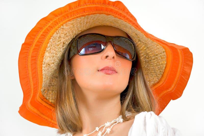 Vidrios de sol de la mujer y sombrero de paja que desgastan imagen de archivo