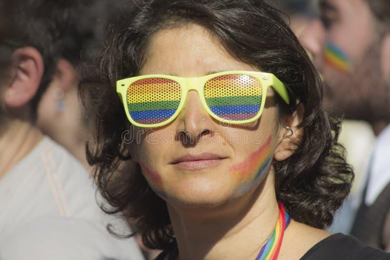 Vidrios de sol del arco iris de la muchacha del retrato fotografía de archivo libre de regalías