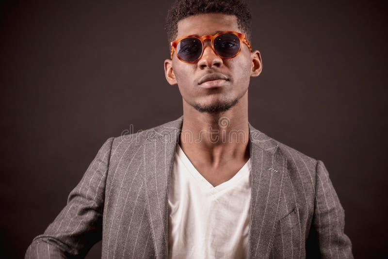 Vidrios de sol del hombre de negocios joven elegante del Afro que llevan fotos de archivo