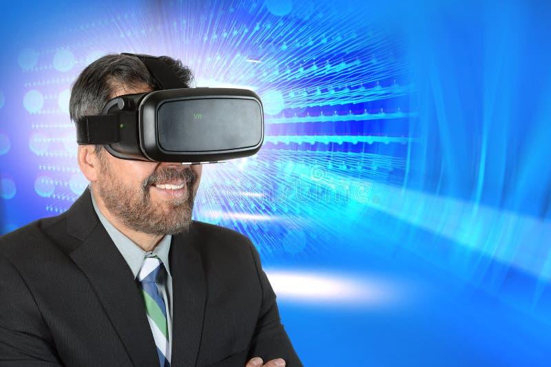 Vidrios de Using Virtual Reality del hombre de negocios imagen de archivo libre de regalías