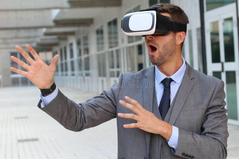 Vidrios de Using Virtual Reality del hombre de negocios fotografía de archivo libre de regalías