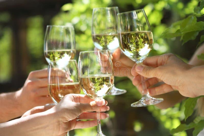 Vidrios de vino blanco que hacen una tostada imagen de archivo libre de regalías