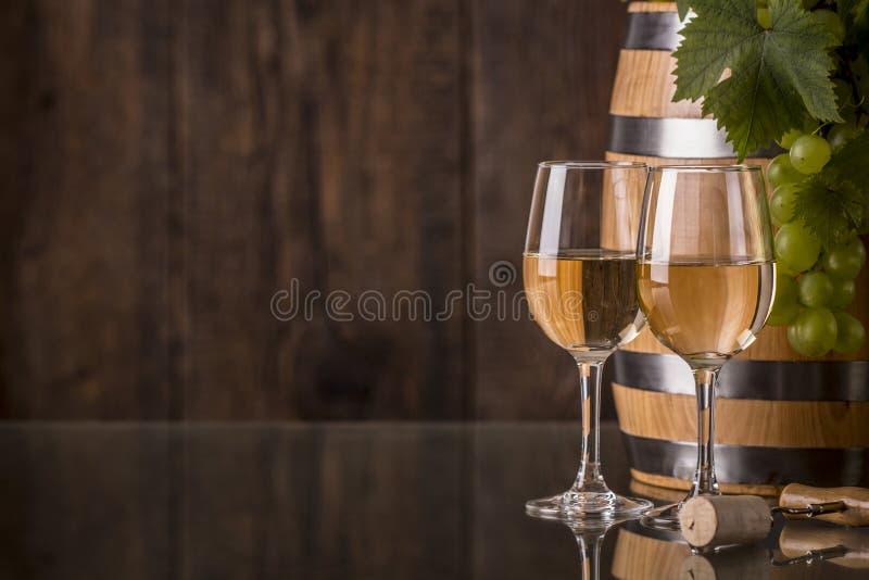 Vidrios de vino con el barril y las uvas fotos de archivo libres de regalías