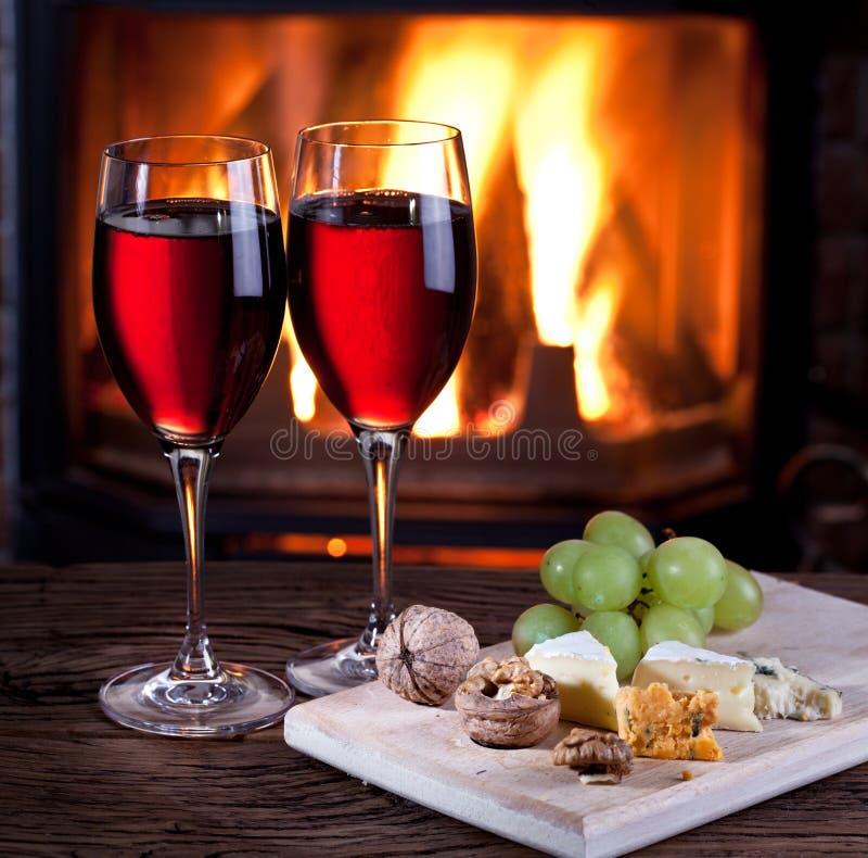Vidrios de vino, de queso y de nueces. imágenes de archivo libres de regalías