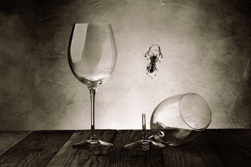 Vidrios de vino en el sótano imagen de archivo