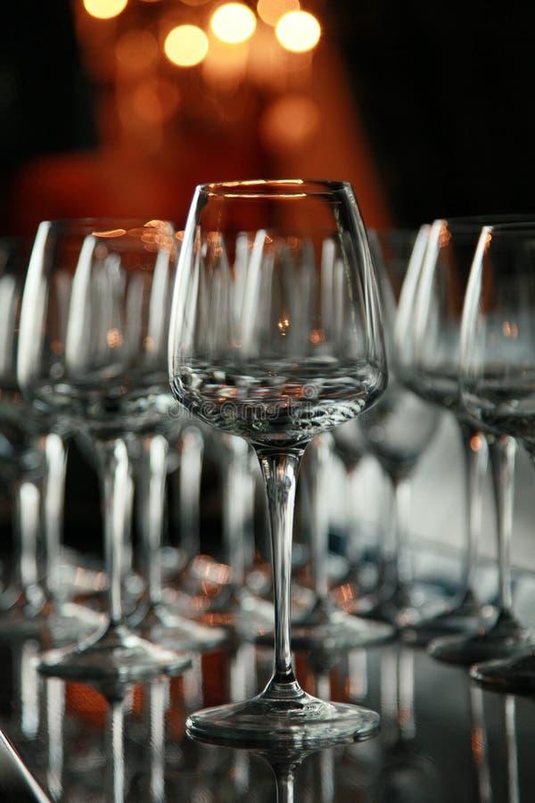 Vidrios de vino en la barra fotos de archivo libres de regalías