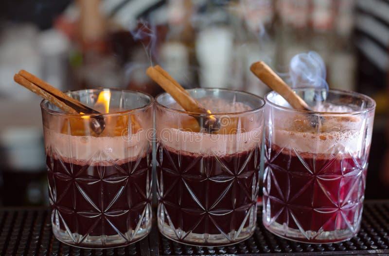 Vidrios de vino reflexionado sobre imagenes de archivo