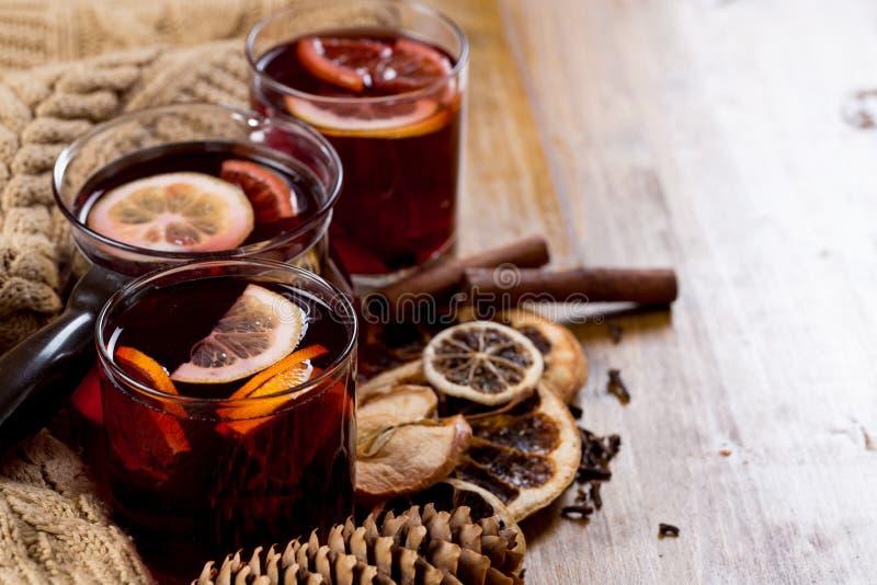 Vidrios de vino reflexionado sobre con la fruta cítrica y las especias secas, suéter hecho punto fotografía de archivo libre de regalías
