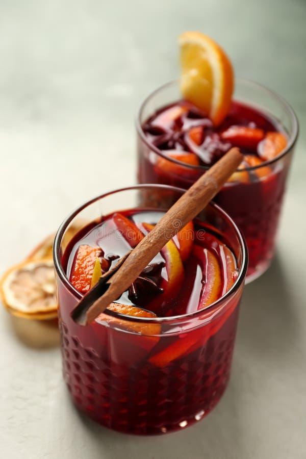 Vidrios de vino reflexionado sobre delicioso en la tabla ligera fotografía de archivo libre de regalías