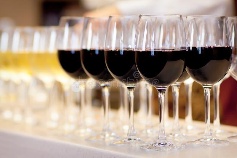 Vidrios de vino rojo imagenes de archivo
