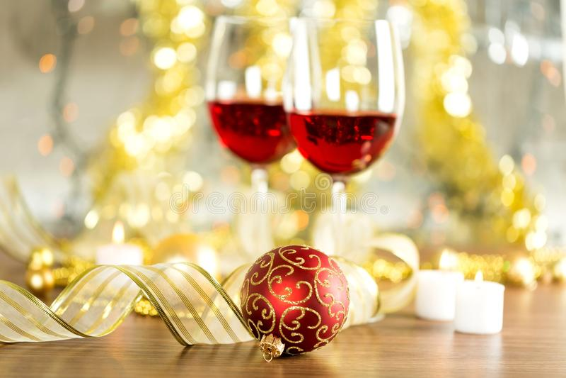 Vidrios de vino rojo en fondo borroso del día de fiesta foto de archivo libre de regalías