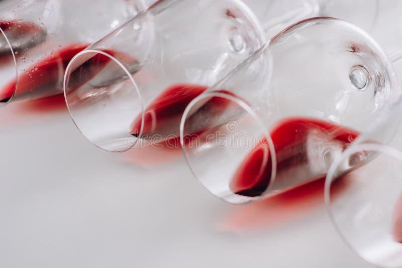 Vidrios de vino tinto en el fondo blanco, endecha plana, espacio de la copia fotografía de archivo libre de regalías
