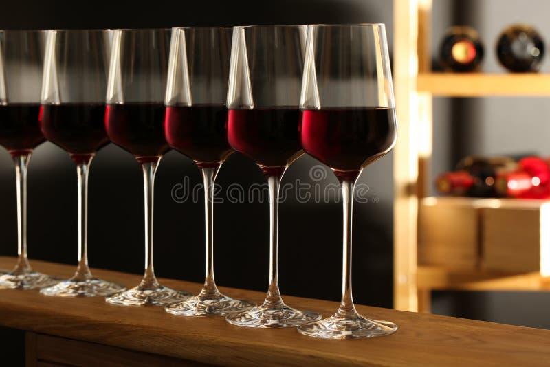 Vidrios de vino tinto en s?tano fotografía de archivo libre de regalías