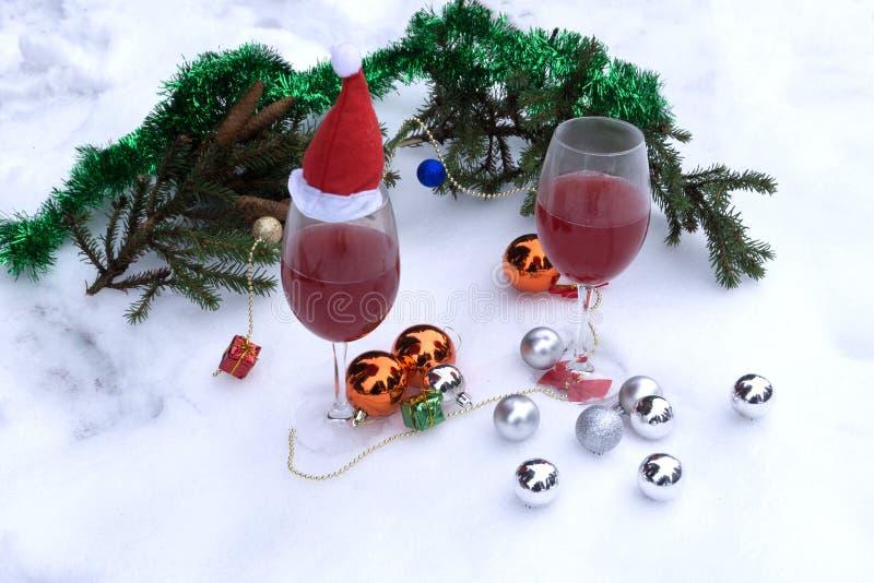 Vidrios de vino y de chocolates en fondo de madera imagen de archivo libre de regalías