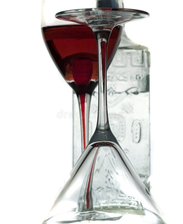 Vidrios de vino y una botella del licor fotos de archivo libres de regalías