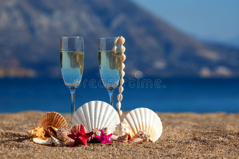 Vidrios de vinos, cáscaras, estrellas de mar fotografía de archivo libre de regalías